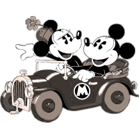 Микки Маус едет на машине