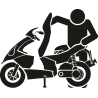 Человек открывающий багажник скутера