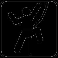 Альпинист взбирается по канату