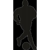 Футболист ведет мяч