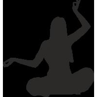 Девушка с поднятыми руками в позе медитации
