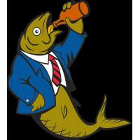 Рыба пьет с бутылки
